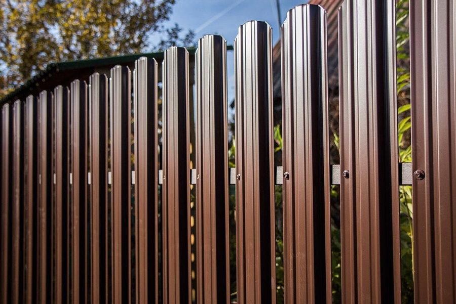 Темно-коричневый забор из евроштакетника