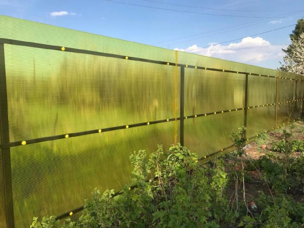 Высокий забор из полупрозрачного поликарбоната