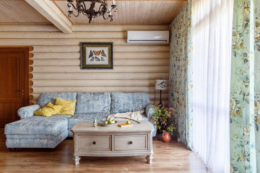 Пример оформления гостиной в стиле прованс в деревянном доме