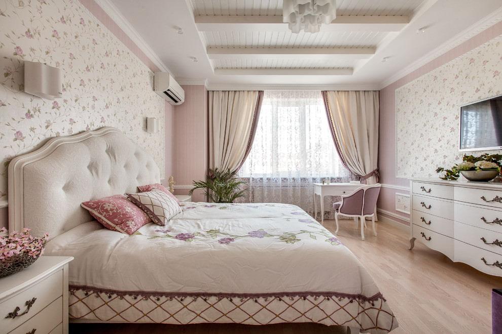 Кровать с мягким изголовьем в спальне стиля прованс