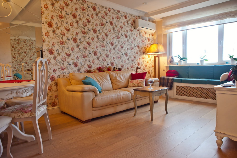Широкие доски на полу в гостиной комнате
