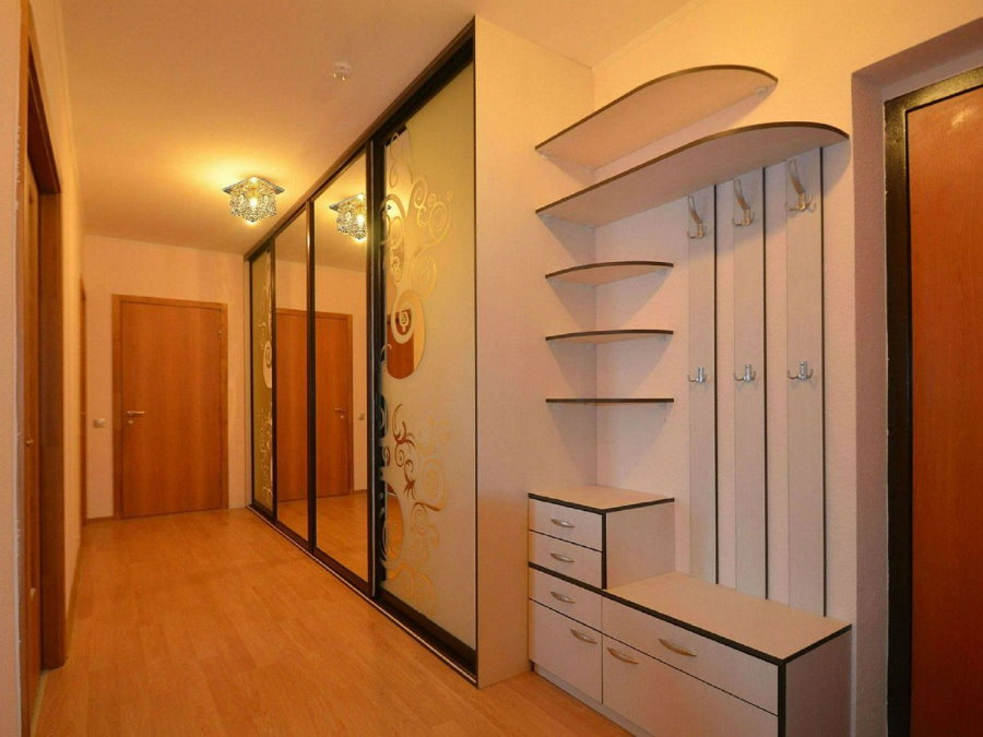 Трехсворчатый встроенный шкаф в небольшой прихожей