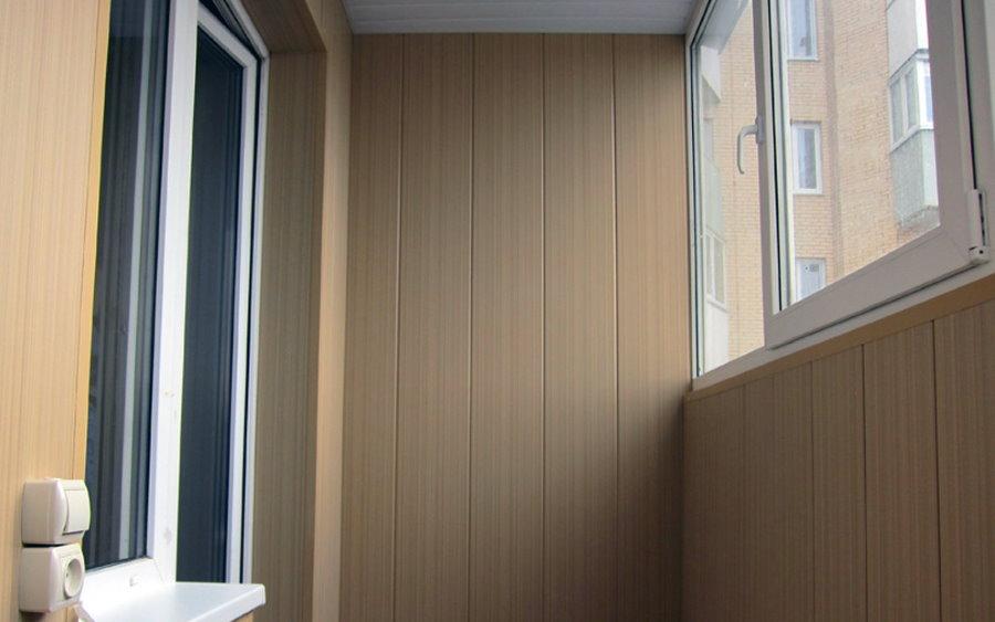 ПВХ=панели под дерево на стене лоджии