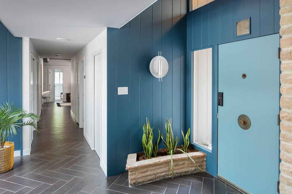 Синие ПВХ-панели на стене холла в частном доме