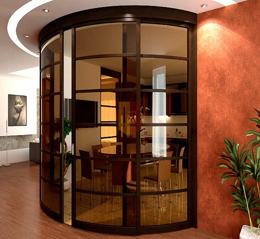 Радиусные двери между коридором и гостиной