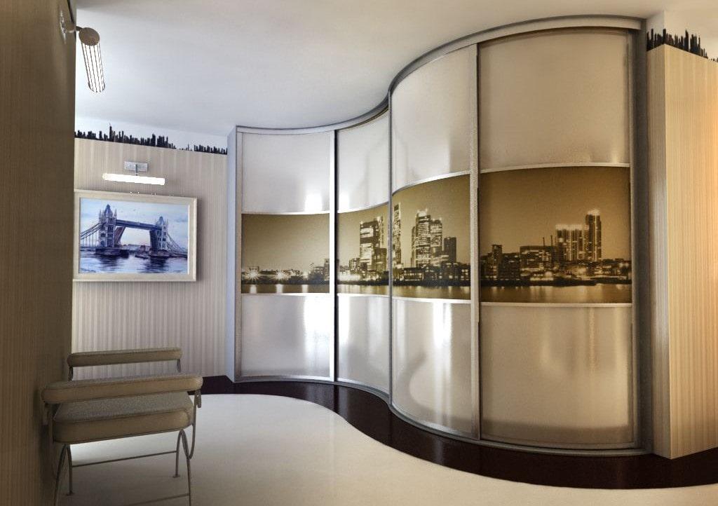 Большой радиусный шкаф в прихожей современного стиля