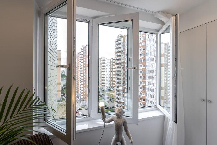 Теплый балкон с распашными ПВХ-окнами