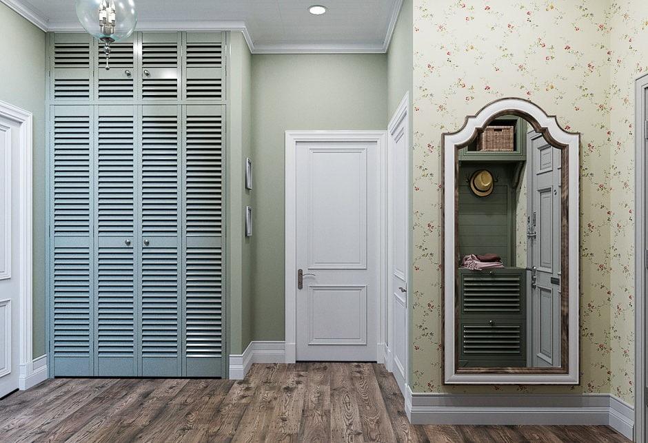 Встроенный шкаф с распашными дверками в большой прихожей