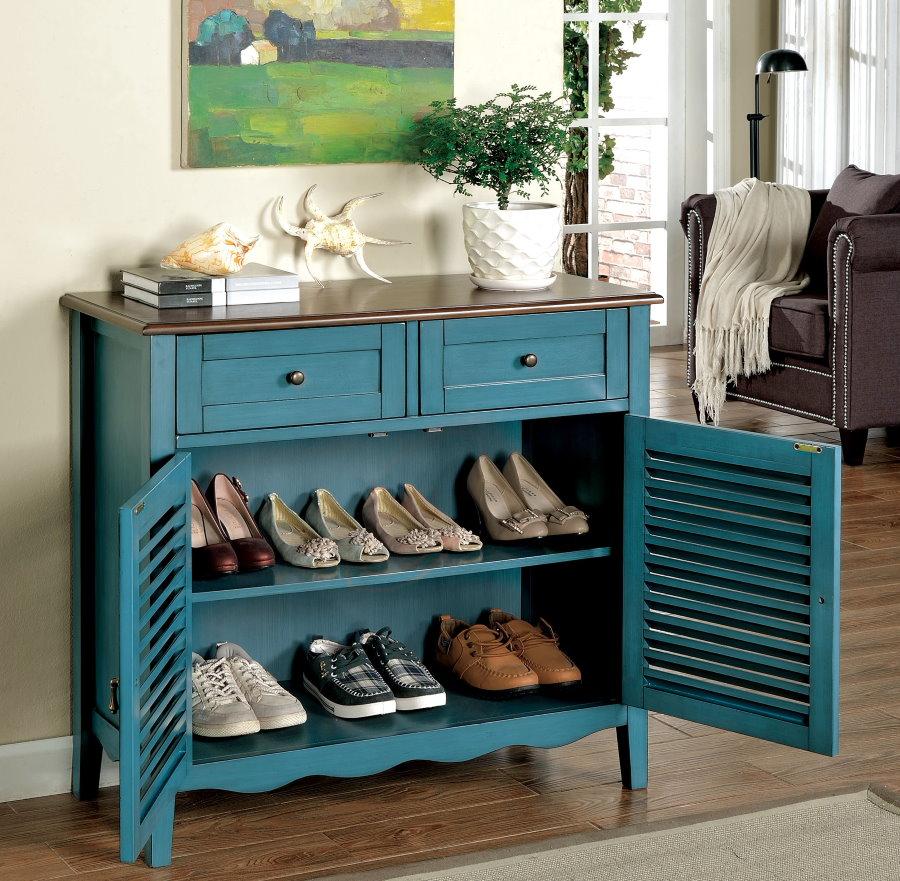 Синяя обувница в стиле ретро с деревянными полками