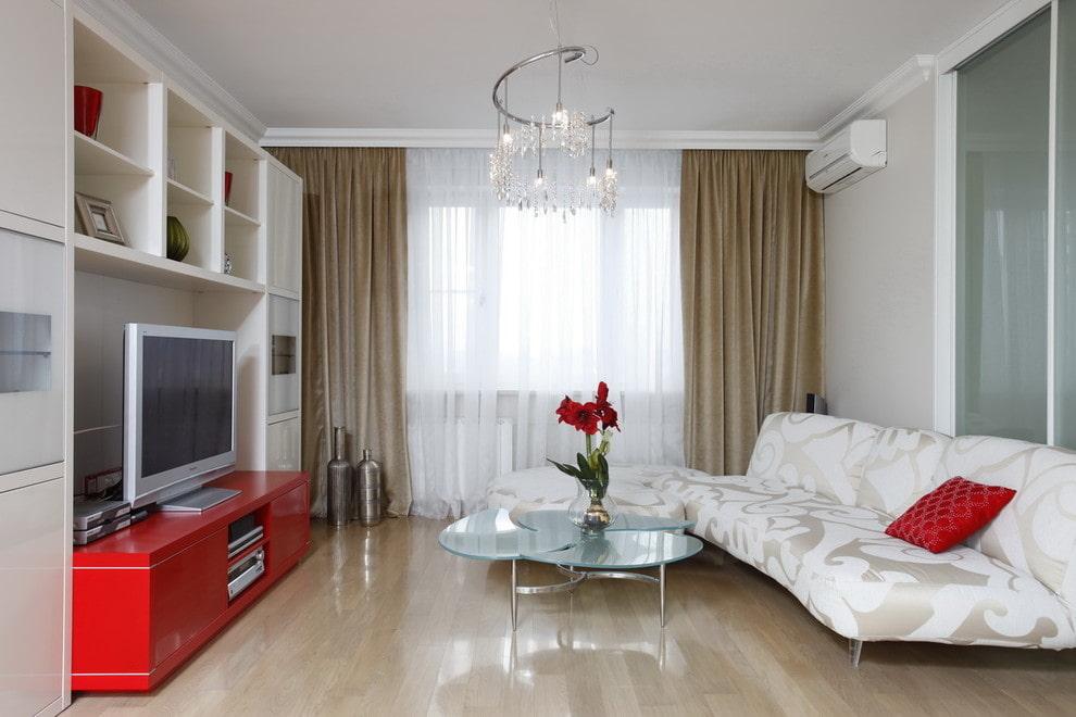 Красная подушка на белом диване в гостиной