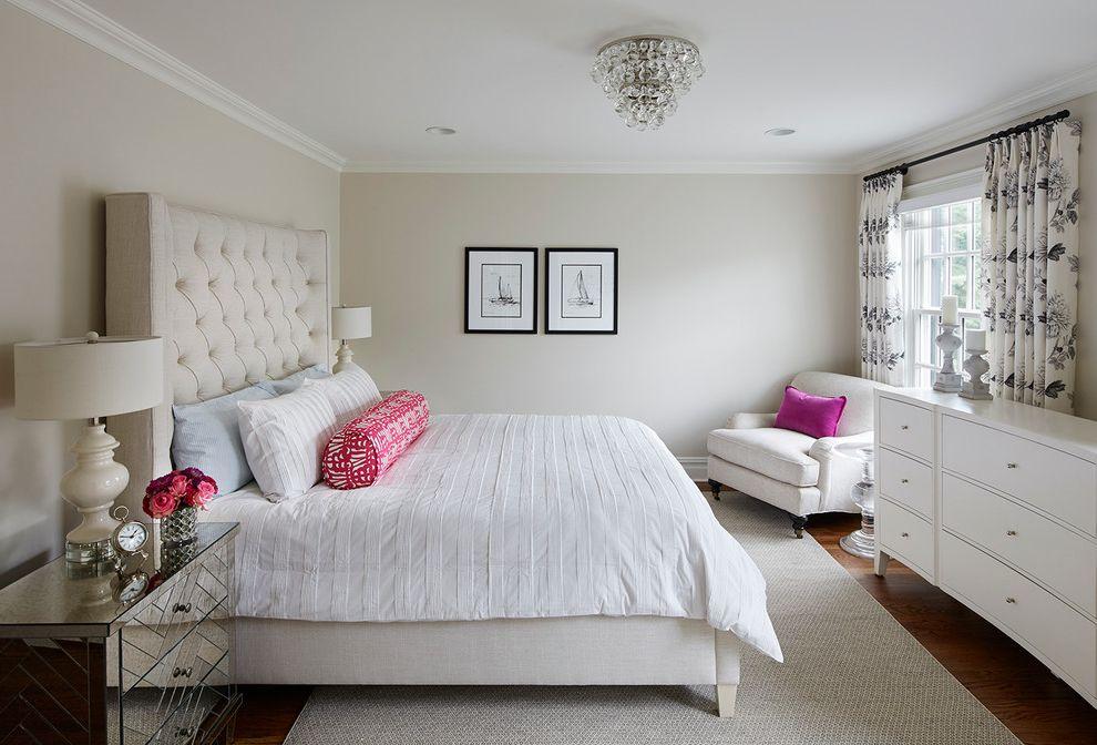 Пример удачной расстановки мебели в небольшой спальне
