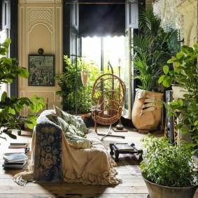 интерьер комнаты в стиле бохо с живыми цветами