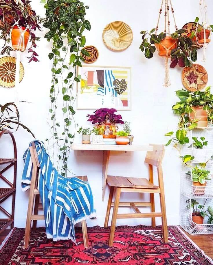Живые цветы вокруг столика для чаепития