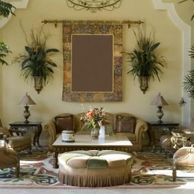 Интерьер классической гостиной с живыми растениями
