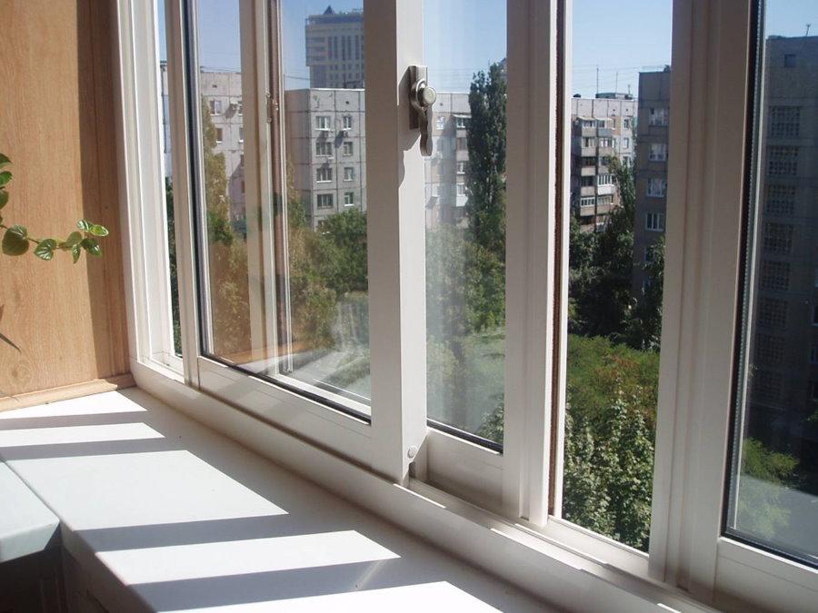 Раздвижные ПВХ-окна на балконе девятиэтажного дома