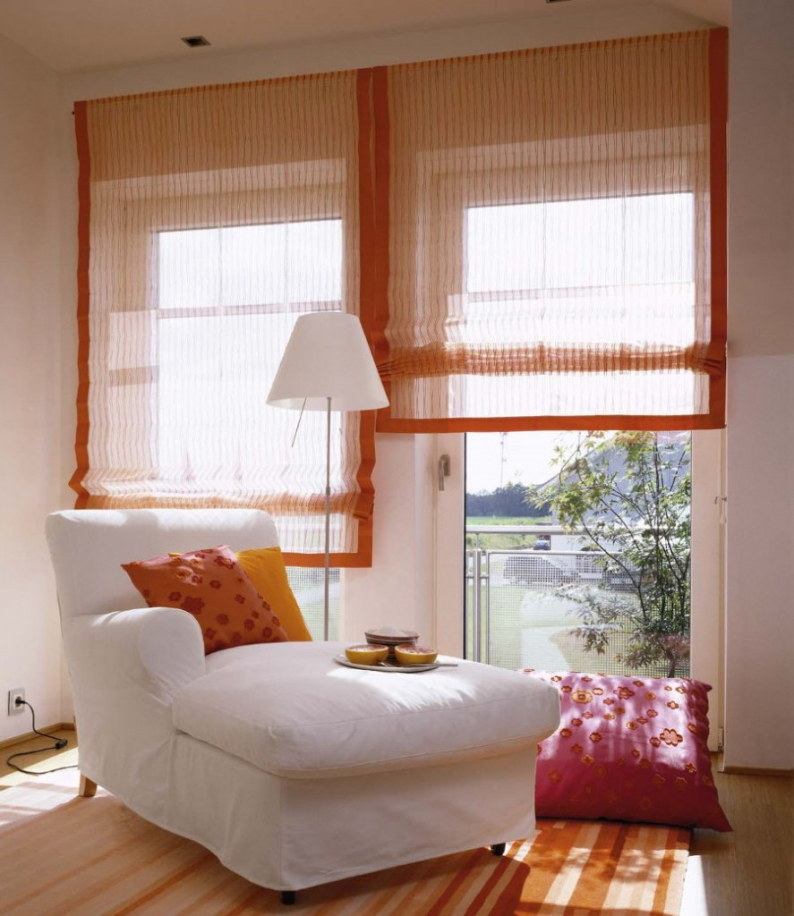 Мягкое кресло перед окном спальной комнаты