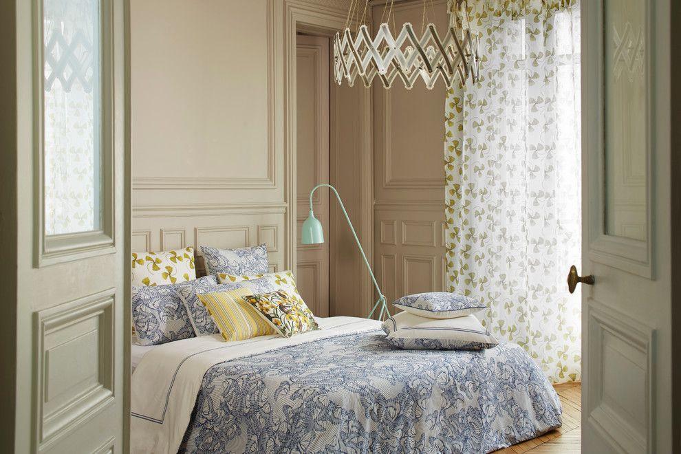 Подбор штор в спальню к подушкам на кровати