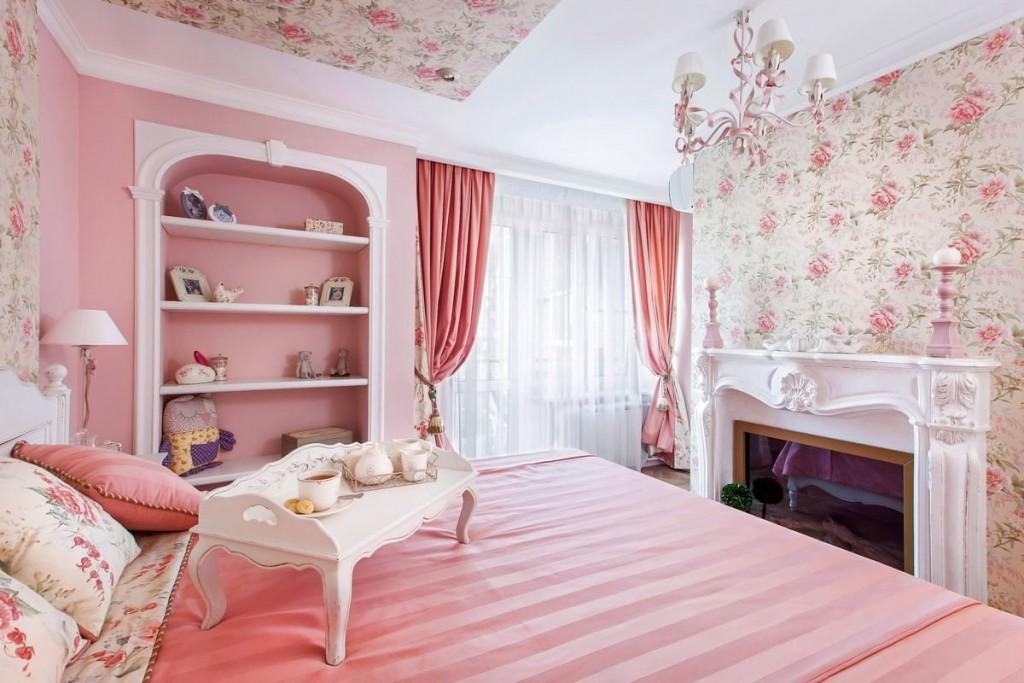Встроенные полки в розовой стене спальни для девочки