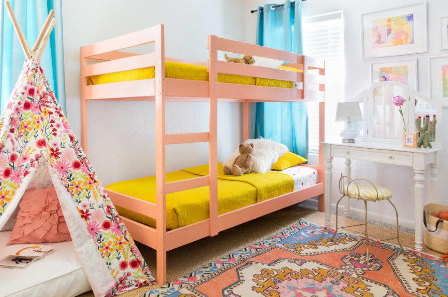Двухъярусная кровать розового цвета в комнате девочек