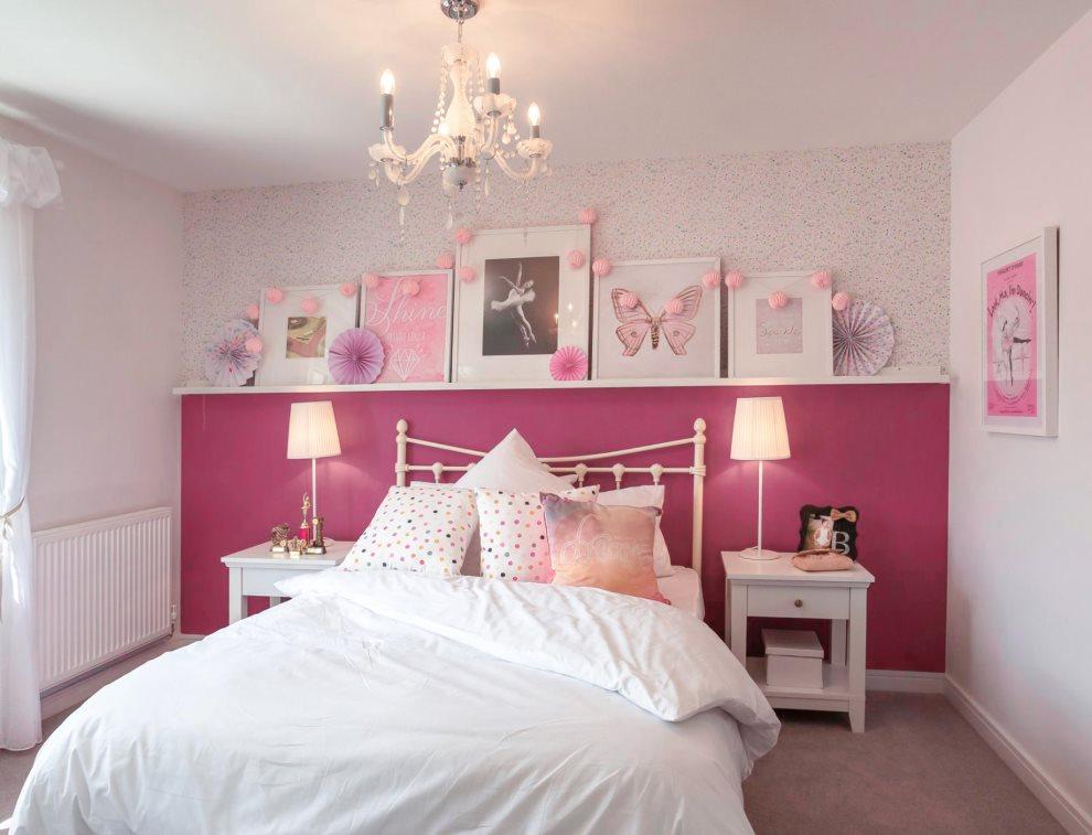 Окраска в розовый цвет нижней части стены в спальне