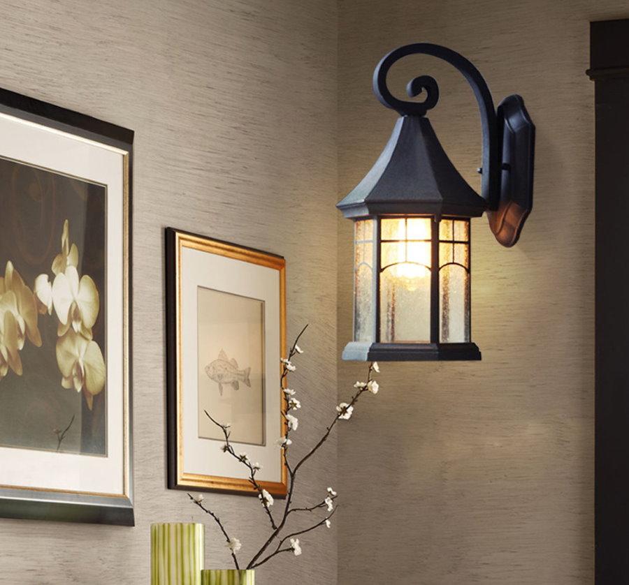 Садовый светильник на стене в прихожей