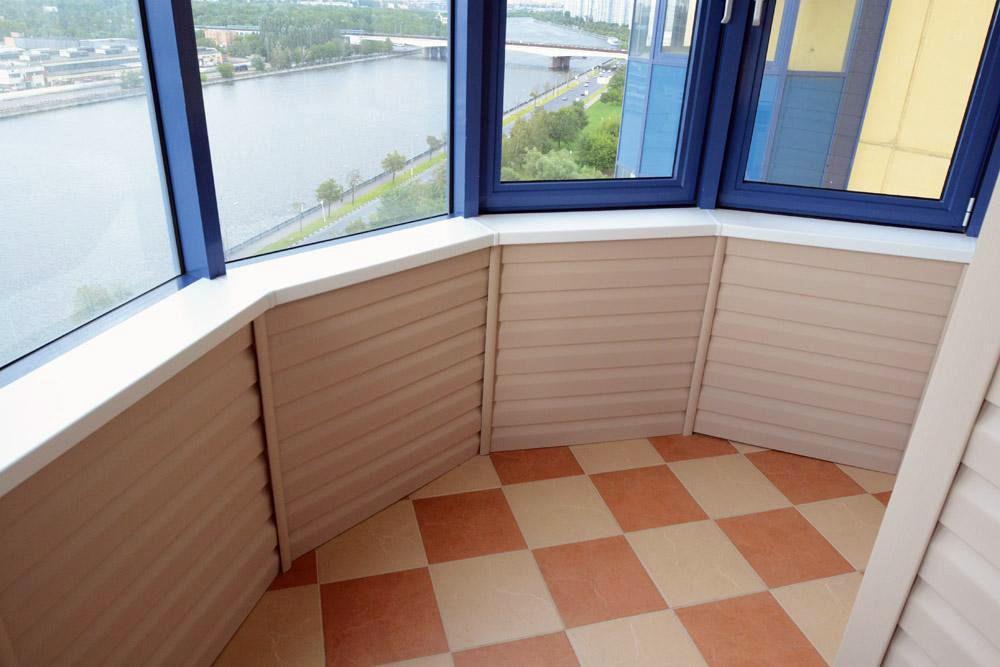 Обшивка сайдингом застекленного балкона