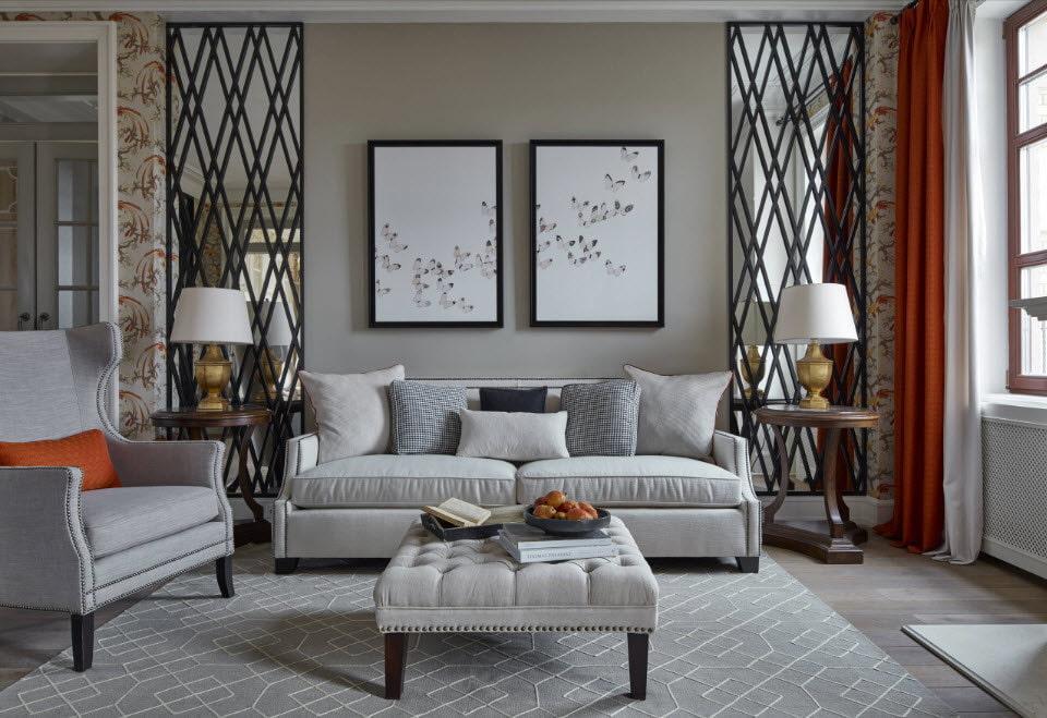 Зеркальные вставки на стене в гостиной с серой мебелью