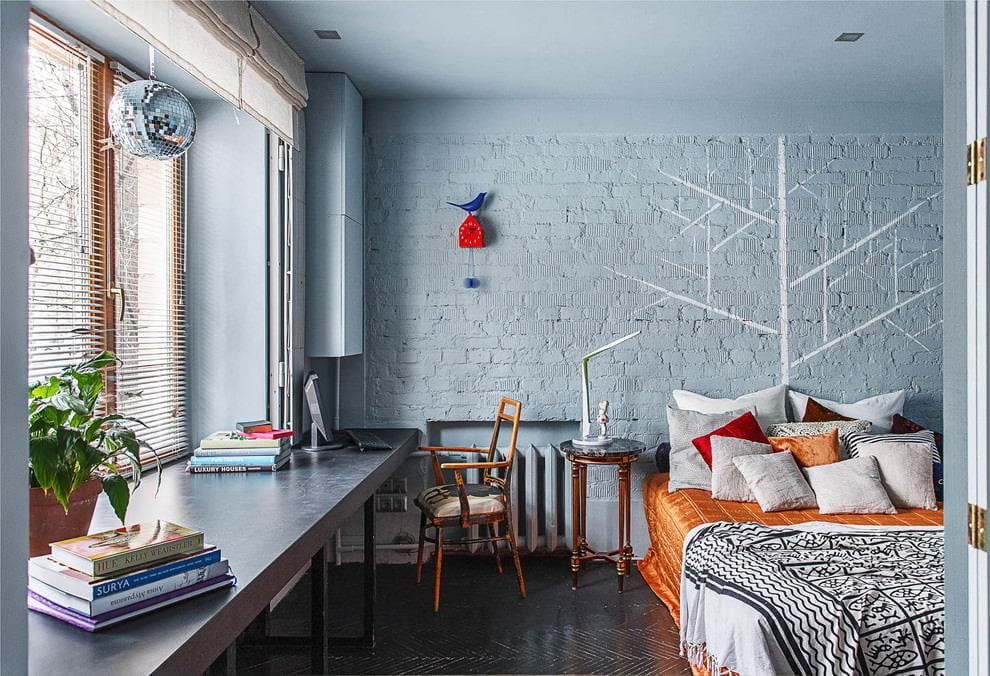 Покраска водоэмульсионным составом кирпичной стены в спальне