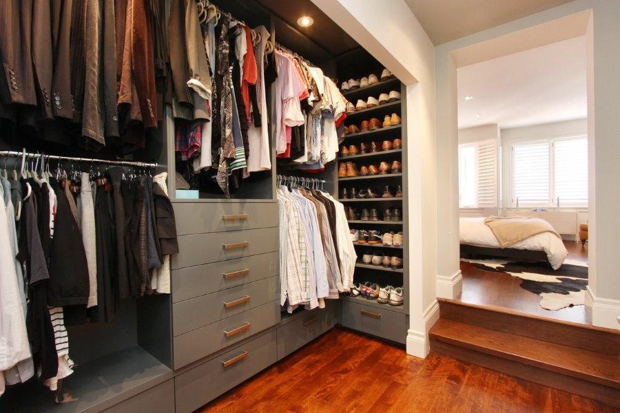 Встроенная гардеробная с серой мебелью