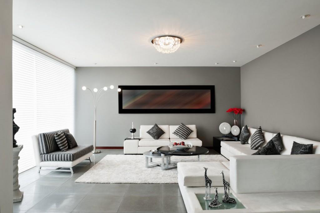 Черные акценты в гостиной с белой мебелью