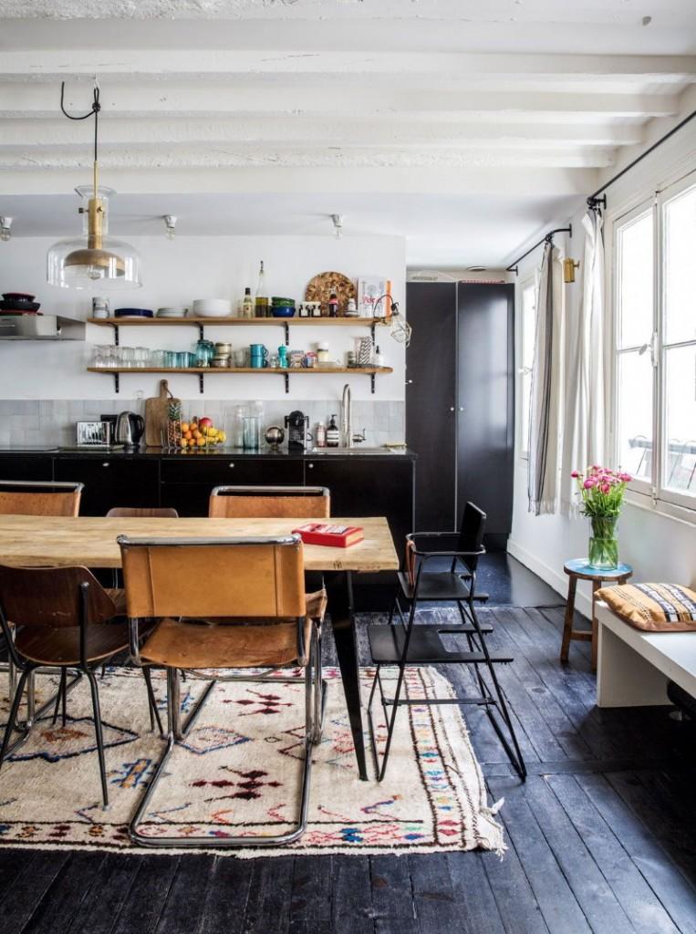 Обеденная зона на кухне с темно-серым полом