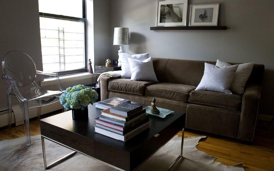 Коричневый диван на деревянном полу в зале