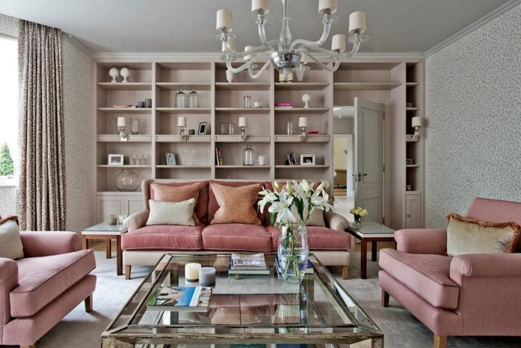 Розовая мебель в гостиной комната с серыми обоями