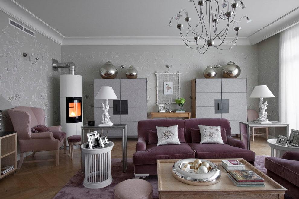 Металлическая печь в гостиной с хромированным декором