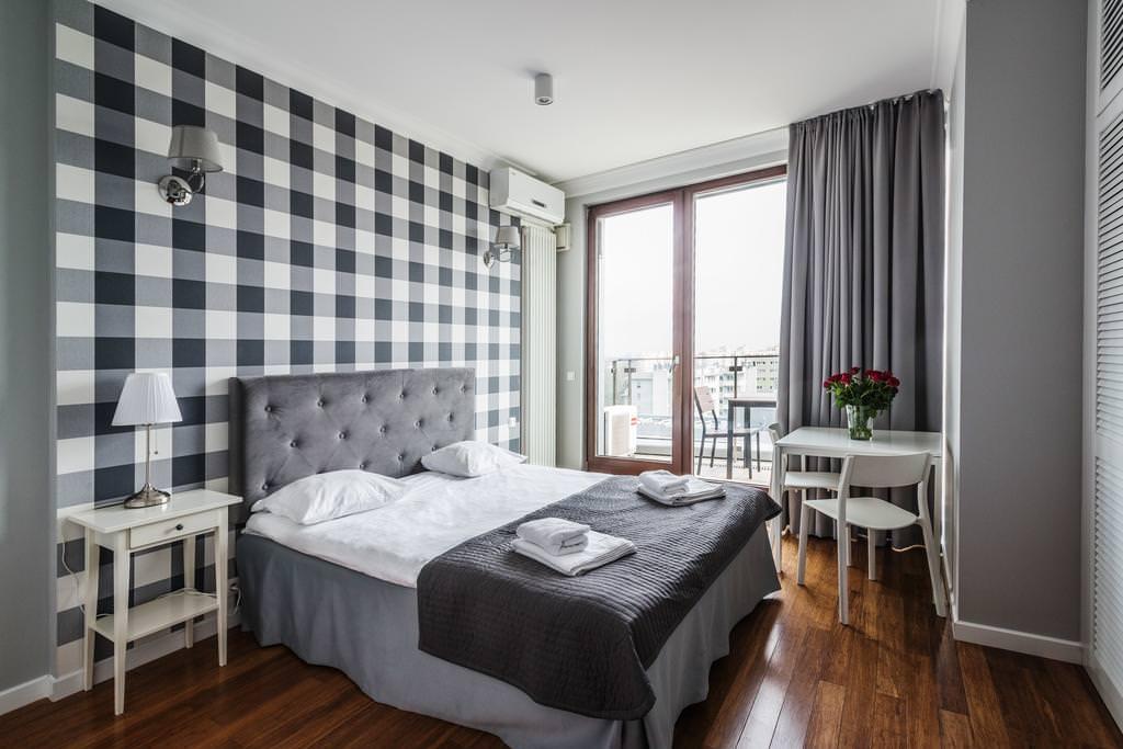 Серые занавески в спальне с клетчатыми обоями