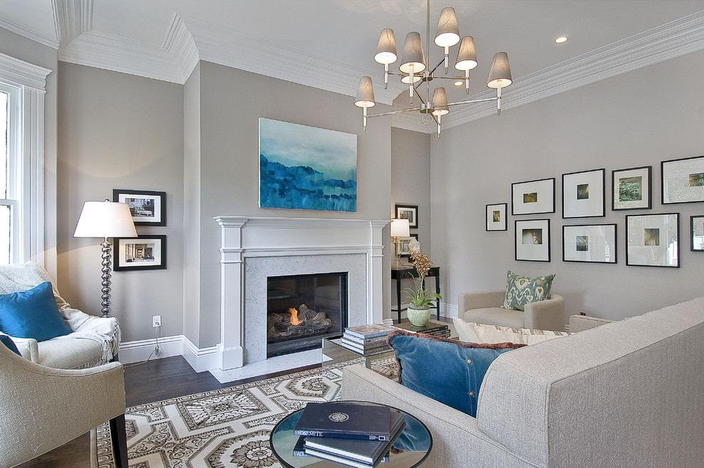Белый камин в гостиной с серыми стенами