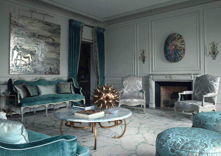 Серые стены шикарной гостиной в стиле барокко
