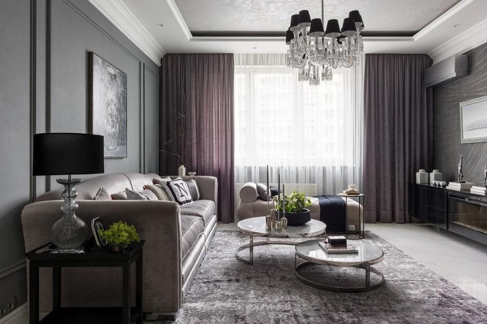 Серый ковер в гостиной квадратной формы