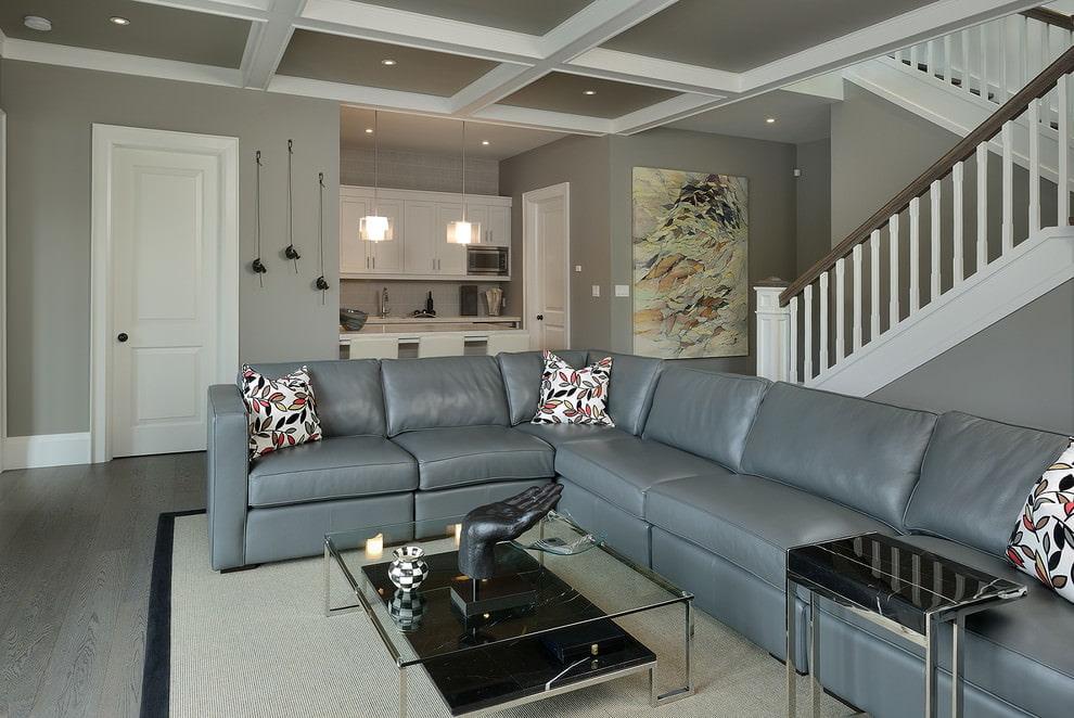 Угловой диван серого цвета в гостиной загородного дома
