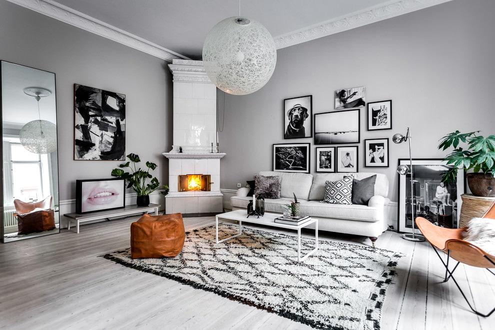 Серый цвет в интерьере гостиной с камином в углу