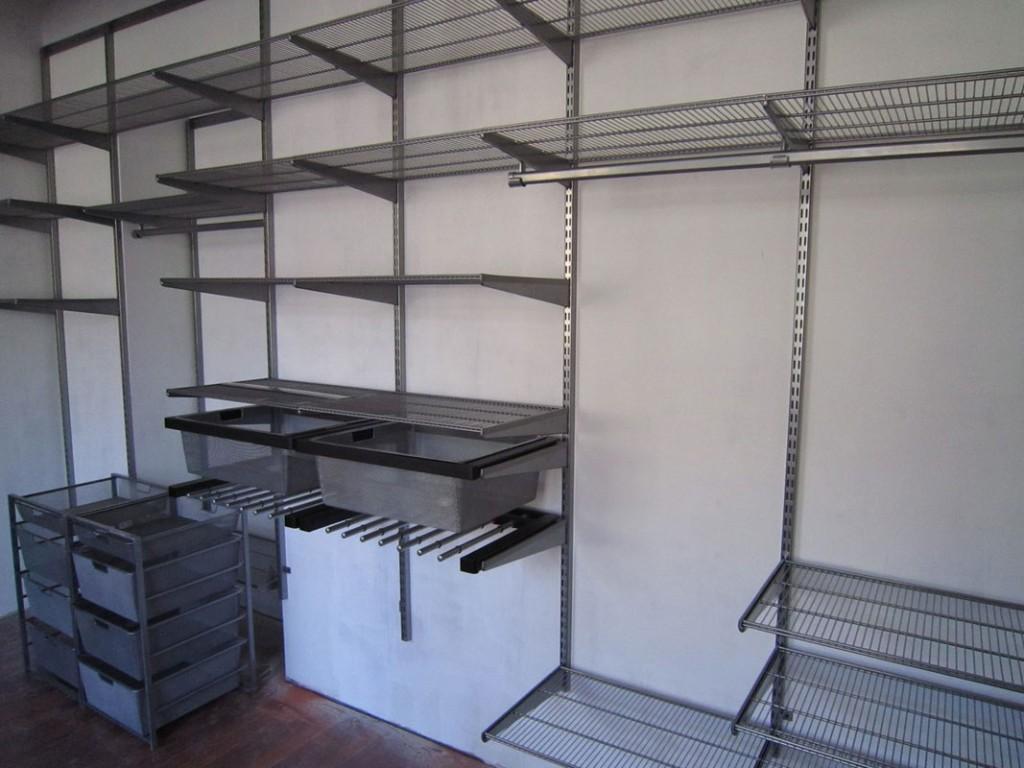 Сетчатая мебель в гардеробной комнате