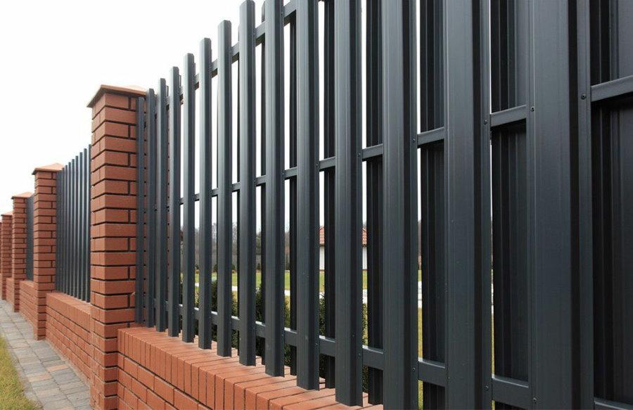 Черный забор из металлического штакетника на профильной трубе