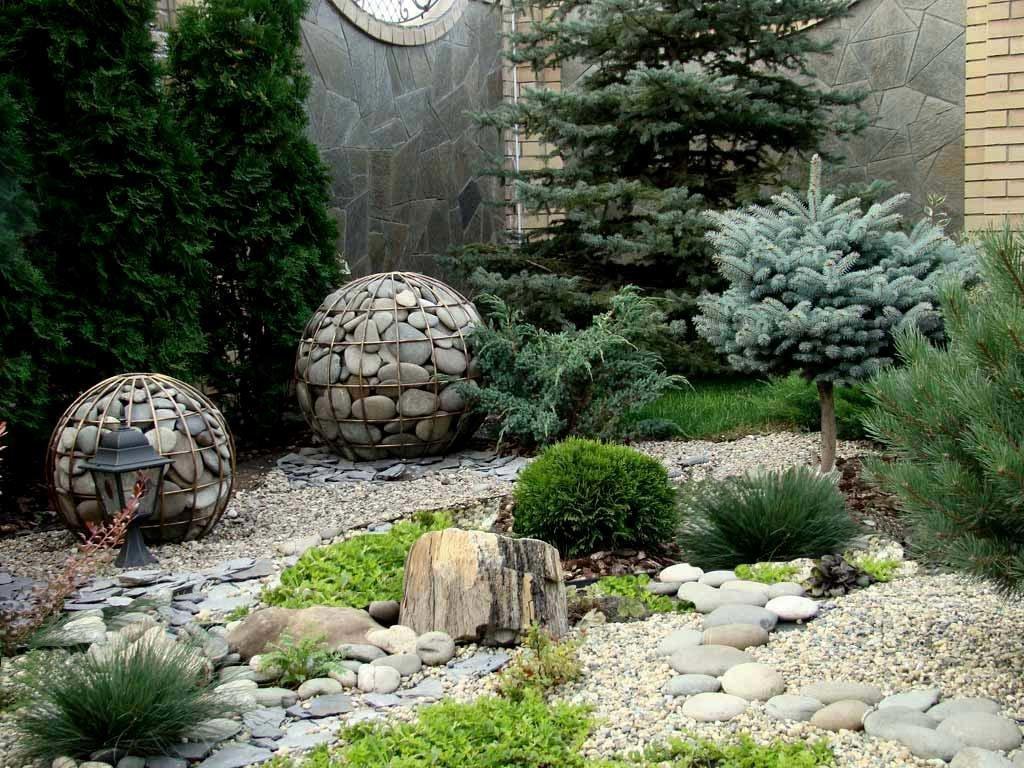 Шары из габионов на альпийской горке в саду