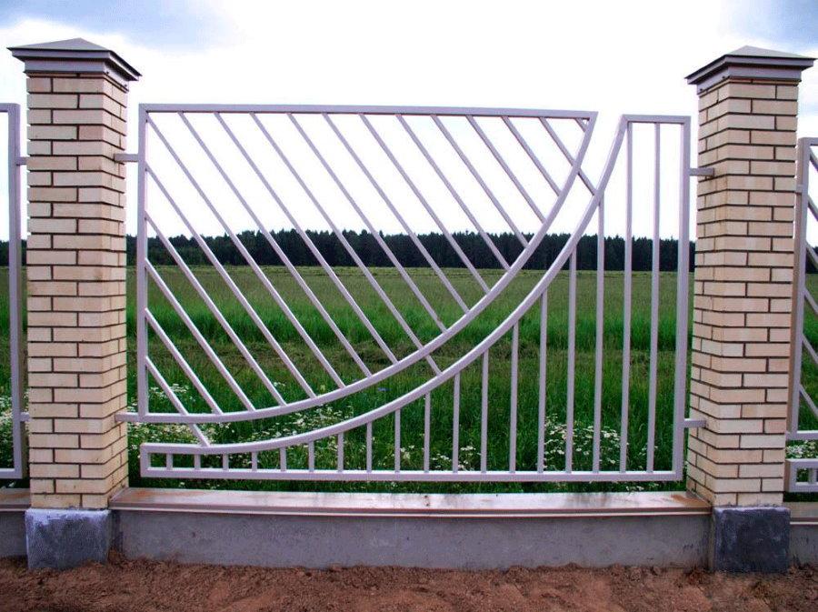 Шикарный забор из профильных труб со столбами из кирпича