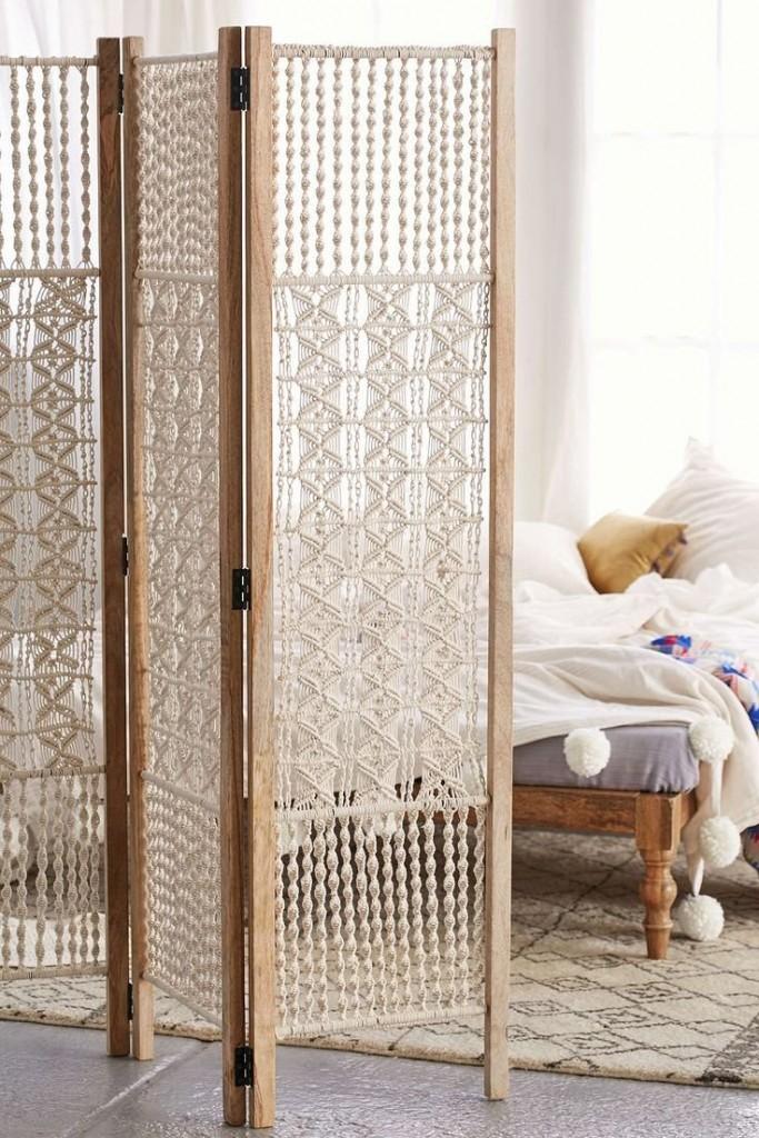Деревянная ширма с макраме в спальной комнате