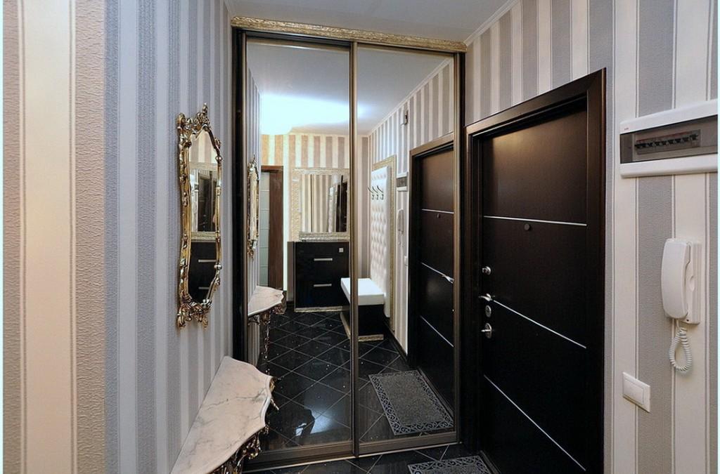 Встроенный шкаф-купе с зеркалами на дверцах
