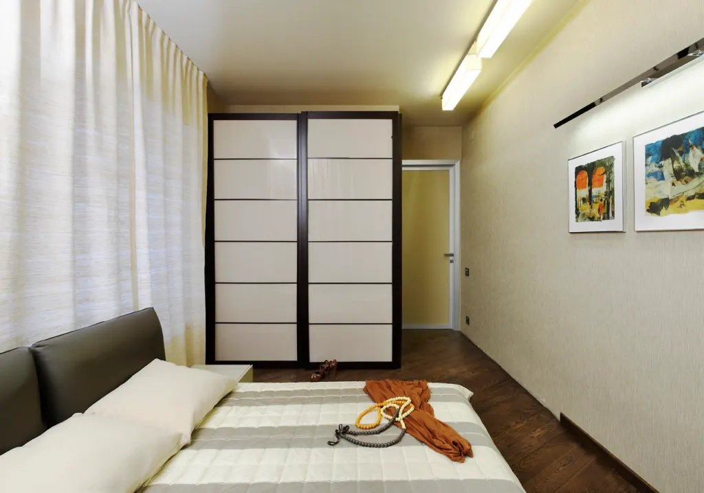 Двустворчатый шкаф-купе в спальне хрущевки