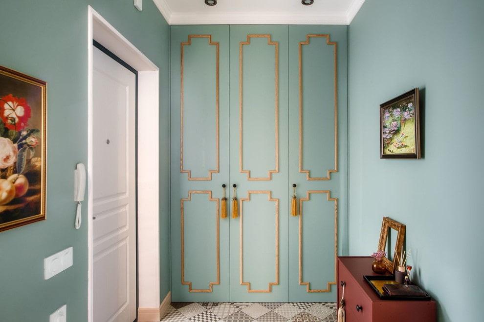 Золотистый декор на дверцах встроенного шкафа в прихожей