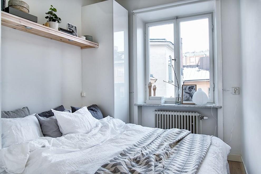 Узкий шкаф с глянцевой дверцей у окна спальни