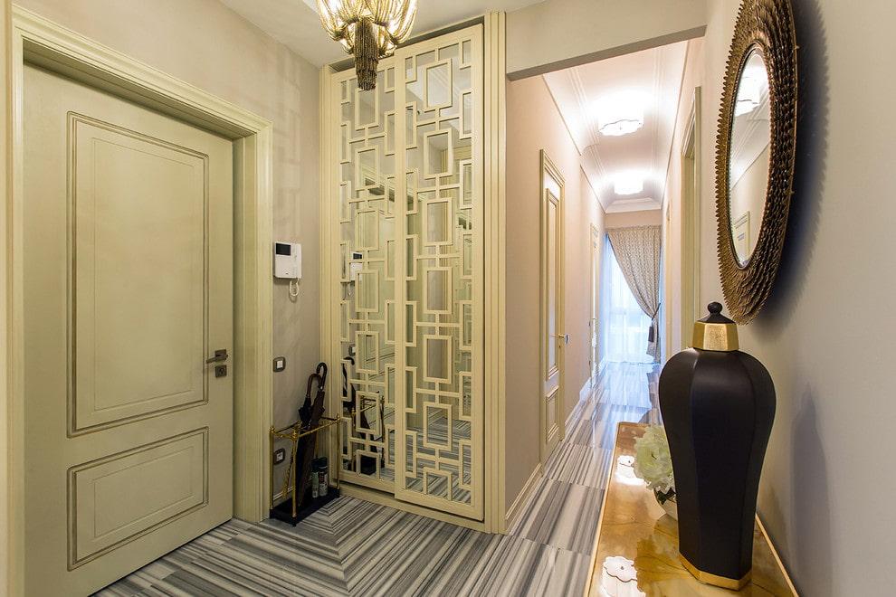 Узкий шкаф-купе около входной двери в квартире